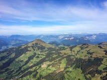 Kirchberg Tirol, Austria, Wrzesień,/- 2015: widok na krajobrazowych i Austriackich Alps od latanie balonem kosza Zdjęcia Stock