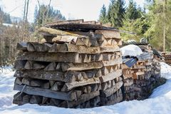 Kirchberg in Tirol, Tirol/Oostenrijk - Maart 24 2019: Stapels van brand houten buitenkant in de sneeuw stock foto's