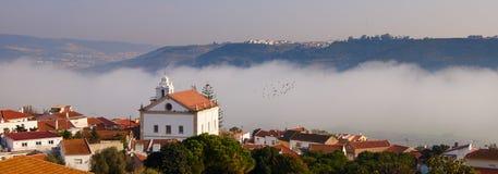 Kirche über den Wolken Stockbild
