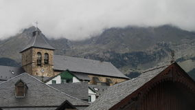 Kirche über Häusern Stockfotos