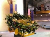 Kirche Advent Wreath mit violetten purpurroten und rosafarbenen Kerzenbeeren und Goldstand Lizenzfreies Stockbild
