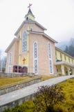 Kirche auf Bergspitze Stockfoto