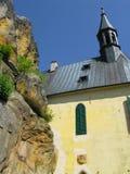 Kirche auf dem Felsen stockfotos