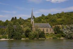 Kirche auf dem Fluss Lizenzfreie Stockbilder