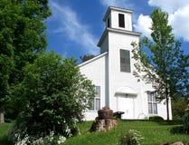 Kirche auf dem Hügel Stockfotos