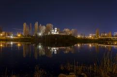 Kirche auf dem Ufer von See am Vorabend Ostern Stockbild