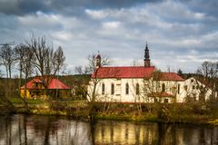 Kirche auf den Banken des Pilica-Flusses - Inowlodz, Polen Stockbilder