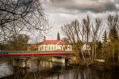Kirche auf den Banken des Pilica-Flusses - Inowlodz, Polen Lizenzfreies Stockfoto