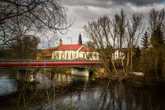 Kirche auf den Banken des Pilica-Flusses - Inowlodz, Polen Stockbild