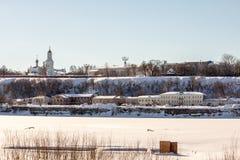 Kirche auf der Flussbank Stockfotografie