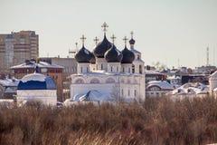Kirche auf der Flussbank Stockfotos
