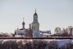 Kirche auf der Flussbank Stockbilder