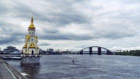 Kirche auf Dnieper-Fluss, Kiew stock video footage