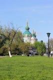 Kirche auf einem grünen Hügel Stockfoto