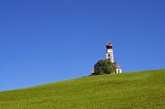 Kirche auf einem Hügel Lizenzfreies Stockfoto
