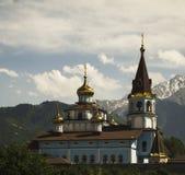 Kirche auf einem Hintergrund von Bergen Stockfotografie