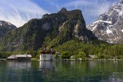 Kirche auf einem See 2 Stockfotos