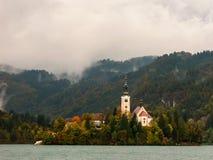 Kirche auf einer Insel von See verlaufen. Slowenien. Lizenzfreie Stockfotos