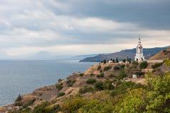 Kirche auf einer Klippe durch das Meer lizenzfreie stockfotos