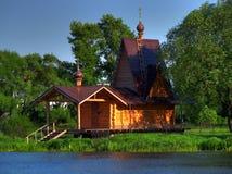 Kirche auf Flussquerneigung Lizenzfreies Stockbild