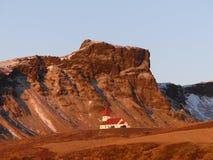 Kirche auf Gebirgshügel in Vik, Island lizenzfreies stockbild