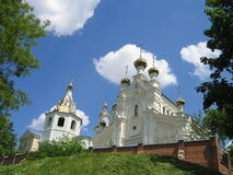 Kirche auf Hügel stockfotografie