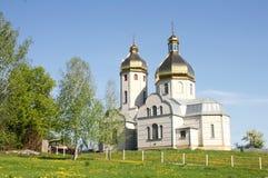 Kirche auf Himmelhintergrund auf grünem Feld Stockfotografie