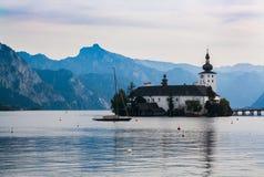 Kirche auf Insel auf dem See Traunsee in den österreichischen Alpen Stockbild