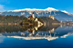 Kirche auf Insel im See mit Berglandschaft Lizenzfreie Stockfotos