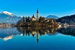 Kirche auf Insel im See mit Berglandschaft Lizenzfreies Stockfoto