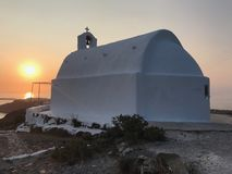 Kirche auf Santorini durch Sonnenuntergang lizenzfreies stockfoto