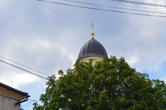 Kirche auf stürmischem Wolkenhintergrund in Mukachevo, Ukraine am 14. August 2016 Stockbild