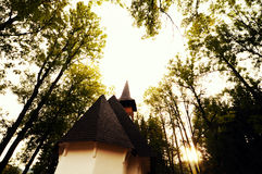 Kirche, Bäume, Himmel Stockfotografie