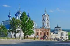 Kirche der Annahme und Haus von Kaufleuten Alyanchikov in der Mitte von Kasimov-Stadt, Russland Stockfotografie