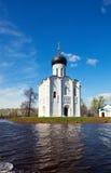 Kirche der Fürbitte auf Fluss Nerl in der Flut Lizenzfreie Stockfotografie