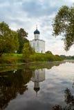 Kirche der Fürbitte der heiligen Jungfrau auf dem Nerl-Fluss früh herein Stockbild