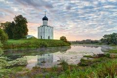 Kirche der Fürbitte der heiligen Jungfrau auf dem Nerl-Fluss früh herein Lizenzfreie Stockfotografie