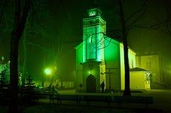 Kirche in der grünen Leuchte Lizenzfreie Stockfotos