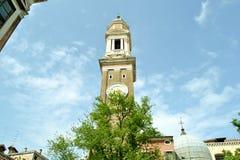 Kirche der heiligen Apostel von Christus in der Gotisch-Renaissanceart in Blütezeit Venedigs im Frühjahr stockfoto