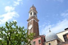 Kirche der heiligen Apostel von Christus in der Gotisch-Renaissanceart in Blütezeit Venedigs im Frühjahr stockbild