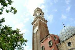 Kirche der heiligen Apostel von Christus in der Gotisch-Renaissanceart in Blütezeit Venedigs im Frühjahr lizenzfreie stockfotos