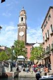 Kirche der heiligen Apostel von Christus in der Gotisch-Renaissanceart in Blütezeit Venedigs im Frühjahr stockfotos