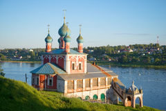 Kirche der Ikone der Mutter des Gottes von Kasan auf dem Hintergrund der Wolgas Tutayev, Yaroslavl-Region, Russland Lizenzfreies Stockfoto