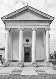 Kirche in der klassischen Art mit Kolonnade lizenzfreies stockfoto