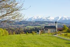 Kirche der Pilgerfahrt Wilparting Die Wendelstein-Berge in der Rückseite Lizenzfreie Stockbilder