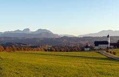 Kirche der Pilgerfahrt Wilparting mit bayerischen Alpen im backgr Lizenzfreie Stockfotos