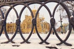 Kirche des Dormition der Kloster-Stadtkirche Theotokos Optina gesehen durch den Zaun Lizenzfreie Stockfotografie