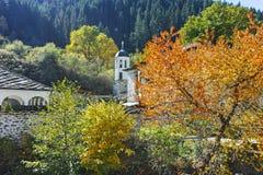 Kirche des 19. Jahrhunderts der Annahme, des Flusses und des Herbstbaums in der Stadt von Shiroka Laka, Bulgarien Stockbild