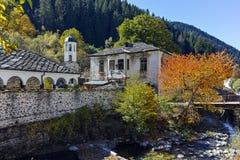 Kirche des 19. Jahrhunderts der Annahme, des Flusses und des Herbstbaums in der Stadt von Shiroka Laka, Bulgarien Lizenzfreie Stockbilder