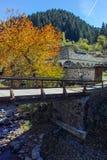 Kirche des 19. Jahrhunderts der Annahme, des Flusses und des Herbstbaums in der Stadt von Shiroka Laka, Bulgarien Stockfotografie